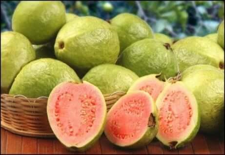 Guava tra la frutta con vitamina C.