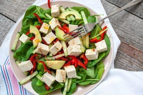 Insalata con spinaci e tofu.