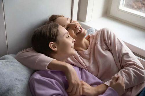 Madre con figlia adolescente.
