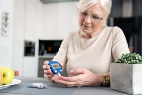 Donna che misura il proprio livello di glicemia.