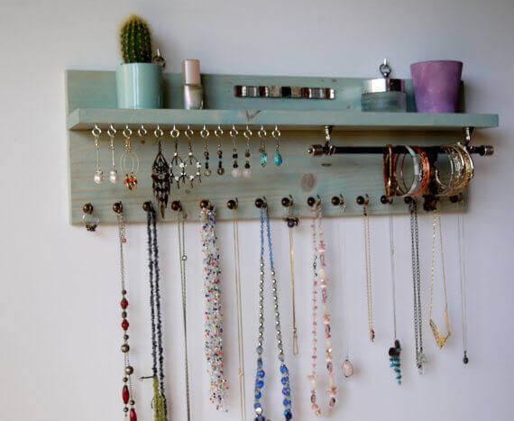 Organizer da parete per gli accessori.