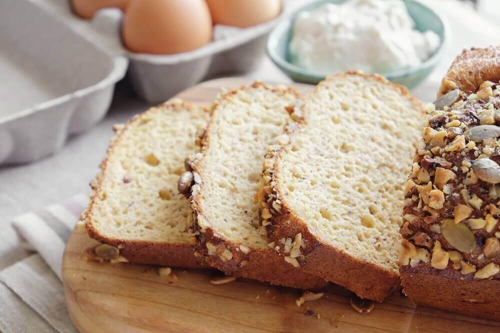 Pane al cocco e mandorle sul tagliere.