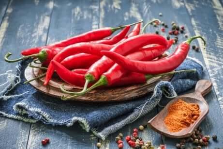 Peperoncini rossi tra gli alimenti ricchi di vitamina C.