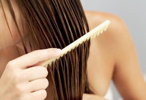 Pettinare i capelli lunghi.