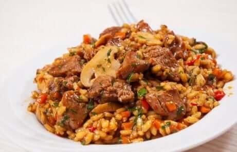 Piatto di riso con pollo e funghi.