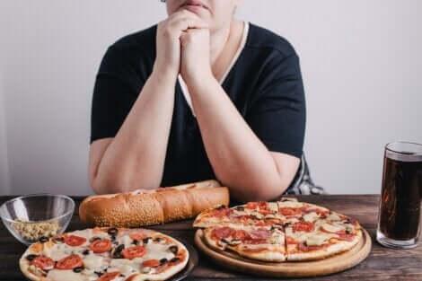 Signora che mangia la pizza.