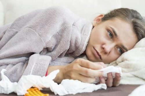 Donna raffreddata a letto.