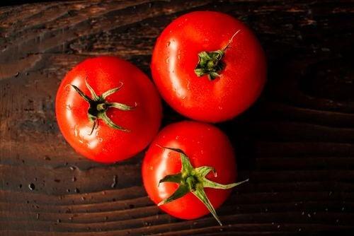 Pomodori e vegetali rossi.