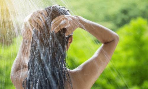 Prendersi cura dei capelli lavandoli.