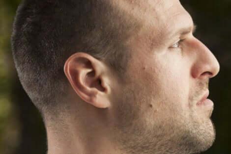 Profilo di un uomo.
