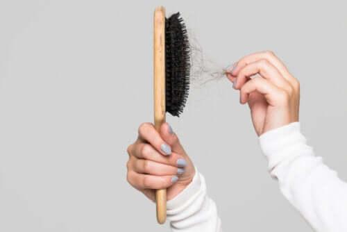 Pulire la spazzola per capelli: perché e come?