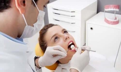 Pulizia dei denti dal dentista.