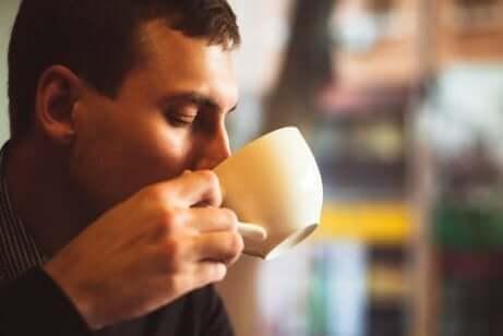 Ragazzo che beve dalla tazza.