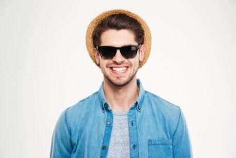Ragazzo con cappello e occhiali da sole.
