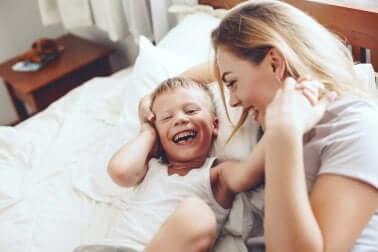 Risata tra madre e figlio.