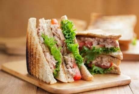 Merenda sana con il sandwich al tonno.