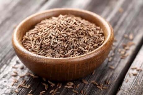 Ciotola piena di semi di cumino.