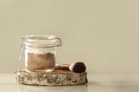 Shampoo seco em uma jarra.