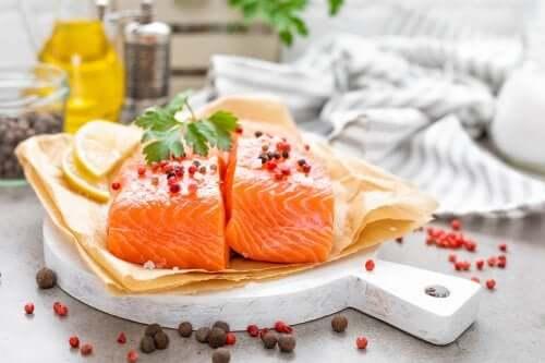 Cucinare il pesce senza esagerare con le calorie