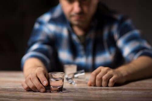 Uomo che beve alcolici al bancone.