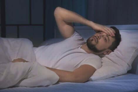 Uomo che soffre di insonnia dovuta allo stress.