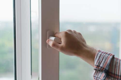 Uomo chiude la finestra.