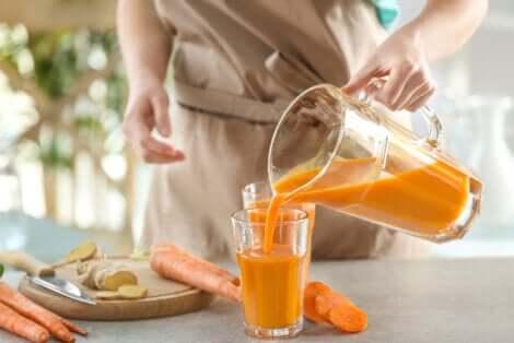 Versare smoothie alle carote nel bicchiere.
