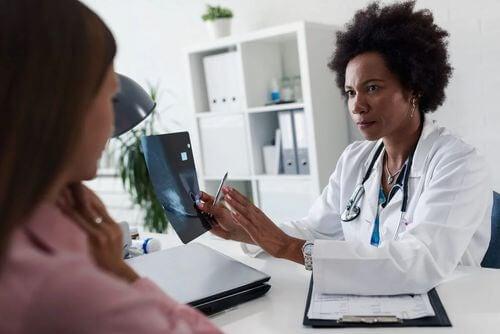 Visita ginecologica in presenza di secrezione dal capezzolo.