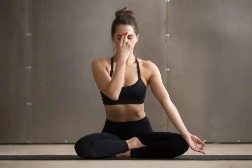 Posizione Yoga Chandra Bhedana.