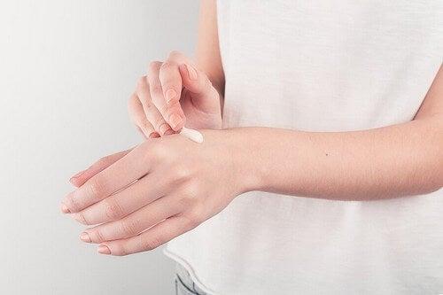 Applicazione di pomata sulla mano.