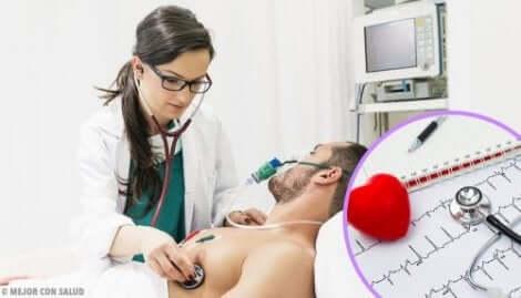 Dottoressa che visita paziente con aritmie.