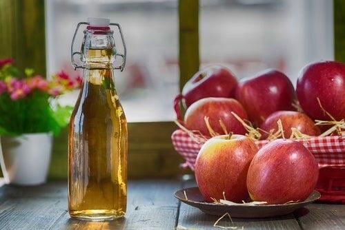 Bottiglia con aceto di mele.