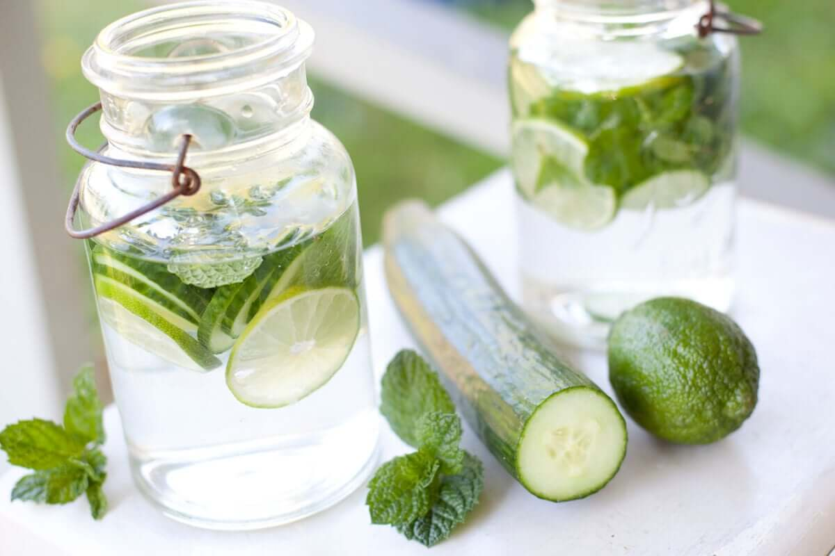 Rimedio contro la ritenzione idrica: acqua di cetriolo.