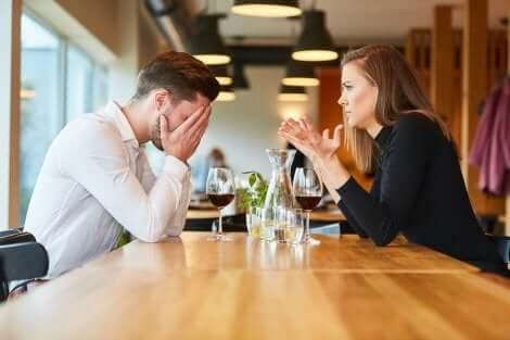 Paura dell'abbandono nella coppia e discussione al ristorante.