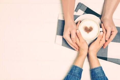 Mani con cappuccino cuore.