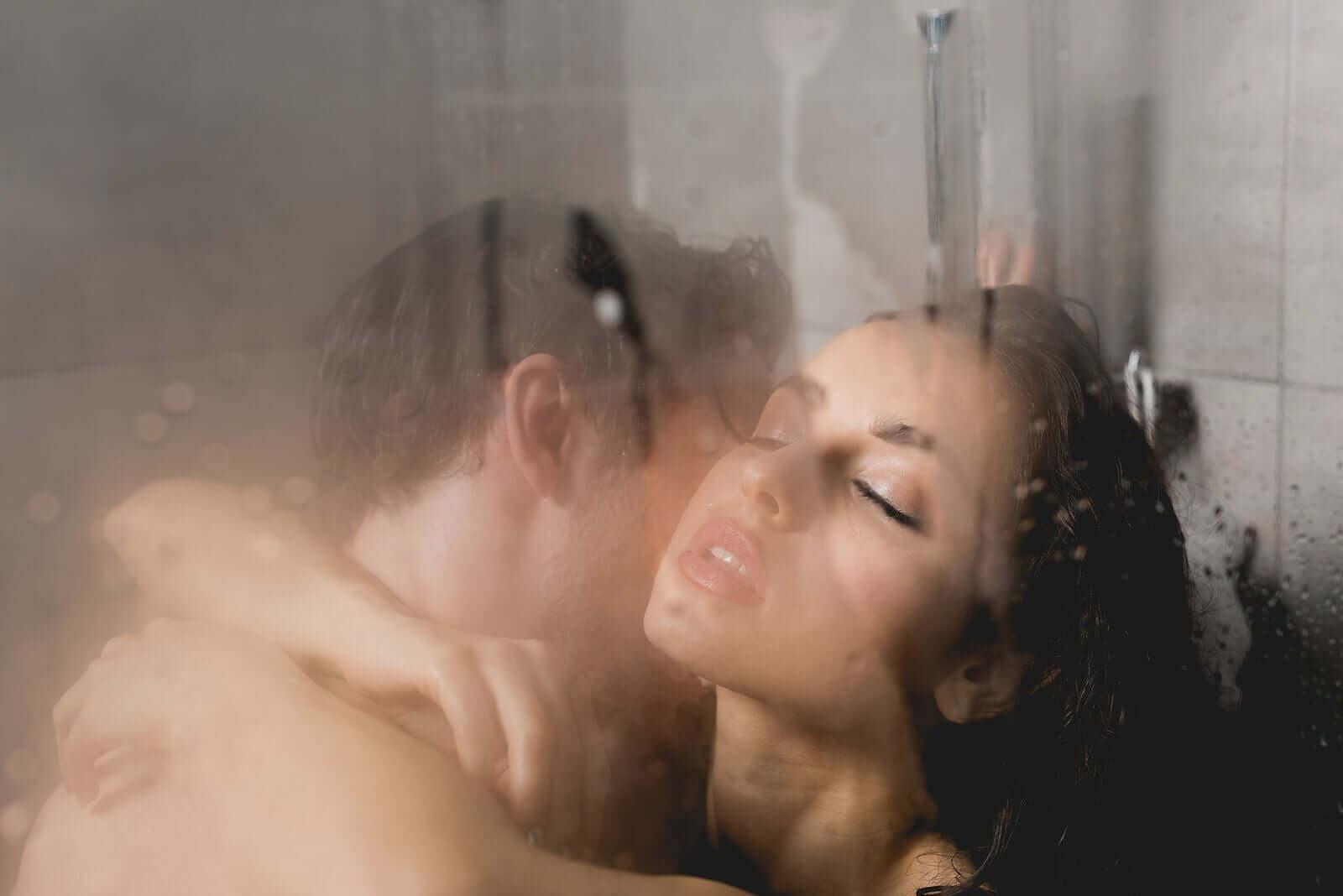 Coppia sotto la doccia.