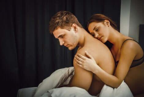 Donna abbraccia uomo con depressione post coito.