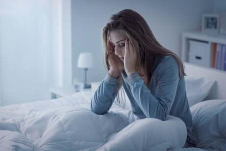 Il ciclo mestruale e il sonno: donna che non riesce a dormire.