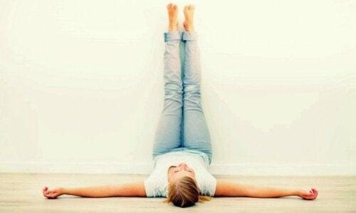 Sollevare le gambe per prevenire il gonfiore.