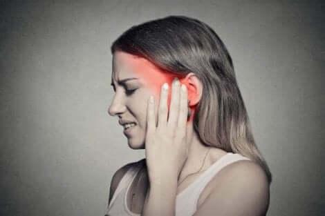 Donna con dolore causato dalla nevralgia posterpetica.