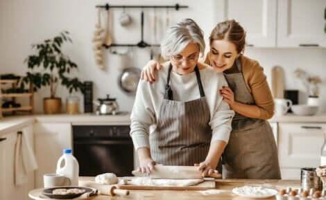 Donna che cucina con madre tra i propositi per lo anno nuovo.