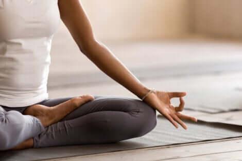 Donna in posizione semplice di yoga.