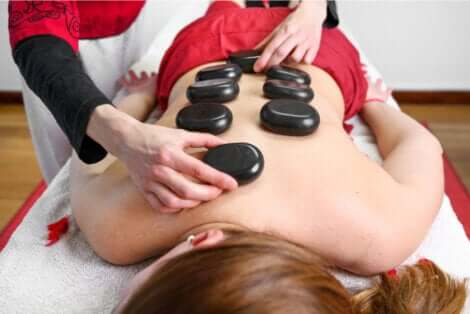 Donna che riceve un massaggio con pietre rassodanti.