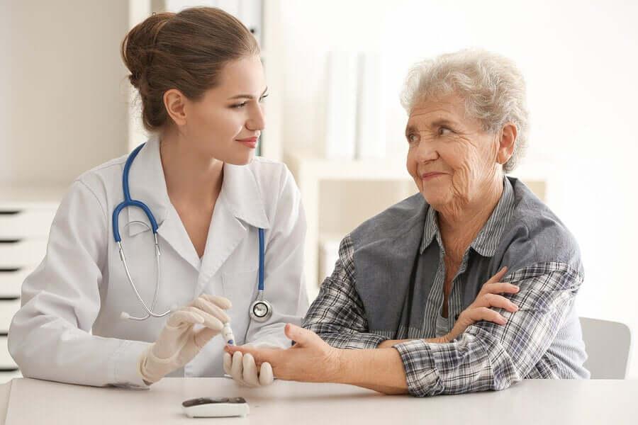 Dottore con donna test diabete.