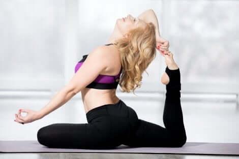 Esercizi stretching ragazza.