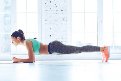 Esercizio isometrico in plank.