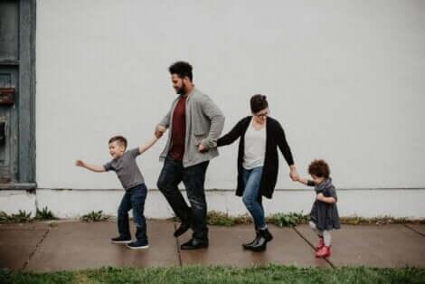 Famiglia che si tiene per mano.
