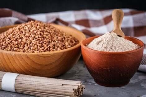 Grano saraceno in chicchi e farina.