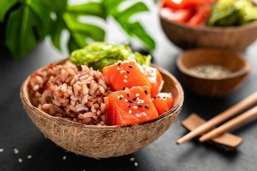 Insalata di riso e salmone.