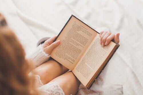 Donna che legge un libro.